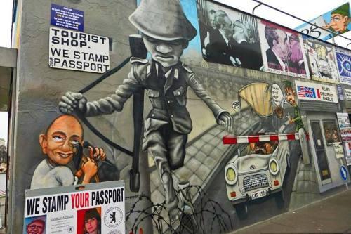 Mural de East Side Gallery representando Checkpoint Charlie