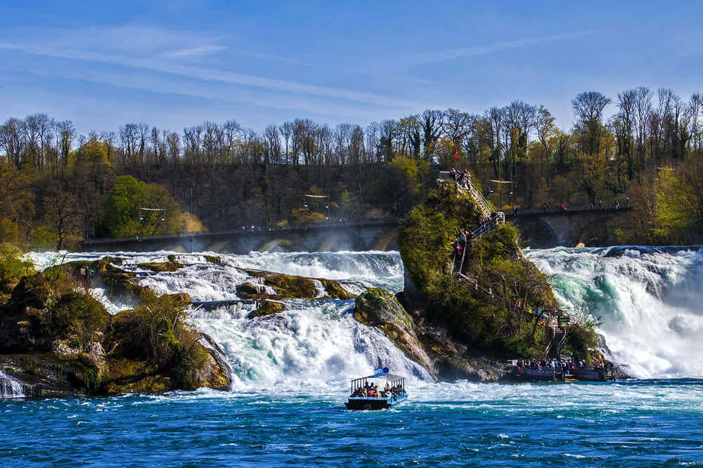 Barco acercándose a las Cataratas del Rin
