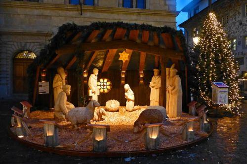 Belén y Árbol de Navidad a los pies del Antiguo Ayuntamiento de Lucerna