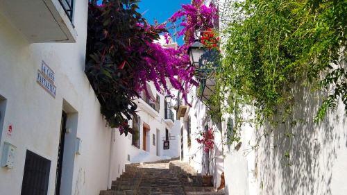 Calles de Altea, entre blancas casas y coloridas flores