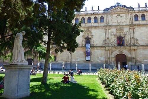 Estatua del Cardenal Cisneros junto a la Universidad de Alcalá de Henares