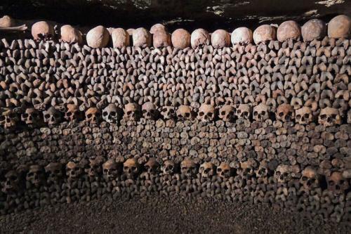 Huesos humanos apilados en las Catacumbas de París