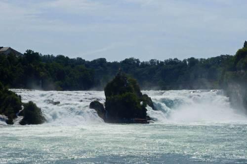 Cataratas del Rin divididas por la roca Rheinfallfelsen
