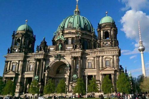 Torre de Televisión tras la Catedral de Berlín