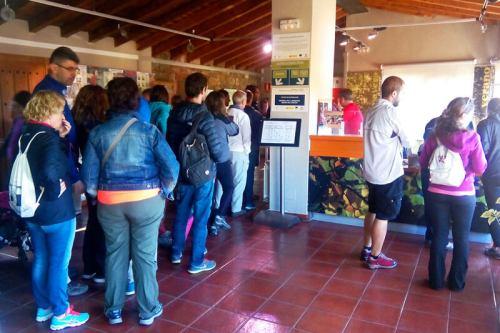Colas para obtener una de las entradas presenciales en el Centro de Recursos e Información de la Sierra del Rincón