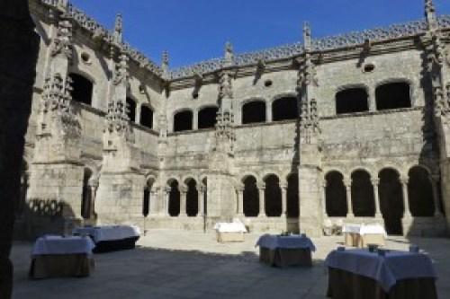 Claustro del Monasterio de Santo Estevo de Ribas de Sil, ruta de los monasterios de la Ribeira Sacra