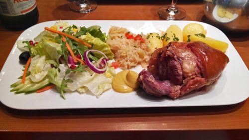 Codillo de cerdo con patatas, ensalada y chucrut, uno de los platos típicos de Berlín