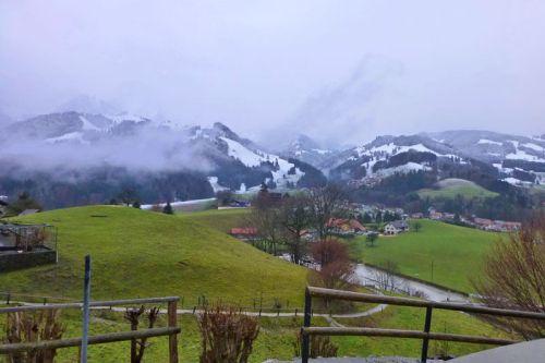 Colinas rodeando la ciudad de Gruyeres, en el corazón de Suiza