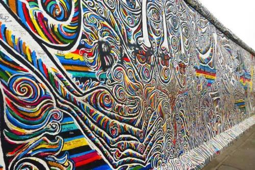 Mural pintado en East Side Gallery, en un tramo del Muro de Berlín
