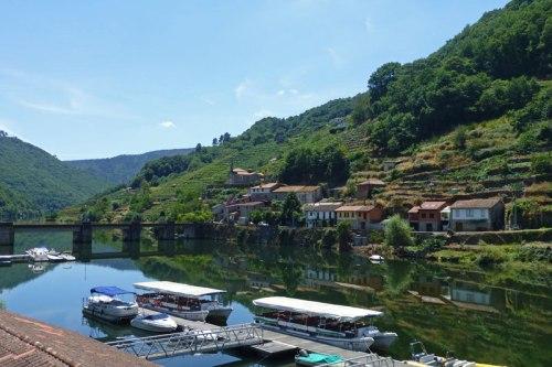 Embarcadero de Belesar, el único que ofrece servicio de catamarán por el río Miño, transporte de la Ribeira Sacra