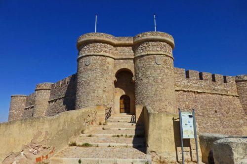 Escudos del marqués de Villena flanqueando la entrada al Castillo de Chinchilla