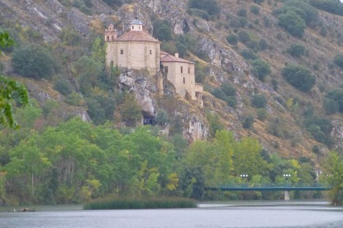 Ermita de San Saturio a orillas del río Duero