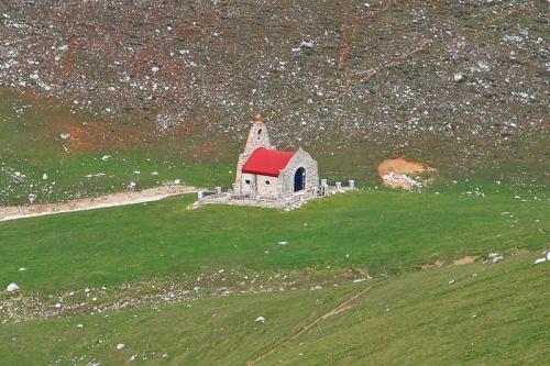 Ermita de la Virgen de la Luz en las praderas de Áliva