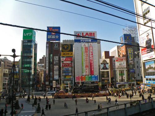 Alrededores de la Estación Shimbashi en el barrio Minato