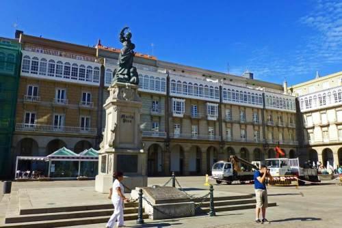 Estatua de María Pita en la plaza que lleva su nombre