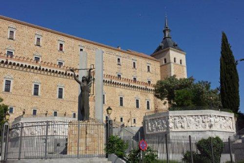 Fachada este del Alcázar de Toledo con el Monumento al Asedio