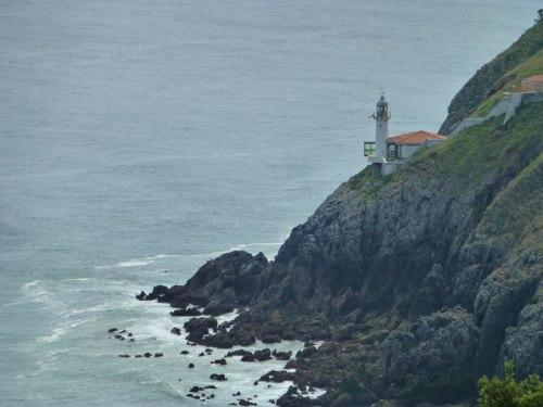 Faro del Pescador desafiando la gravedad a orillas del Cantábrico