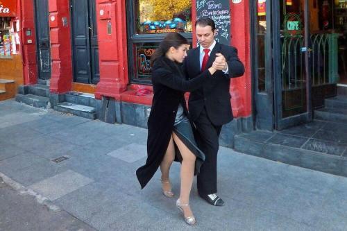 Pareja bailando tango en la calle Caminito