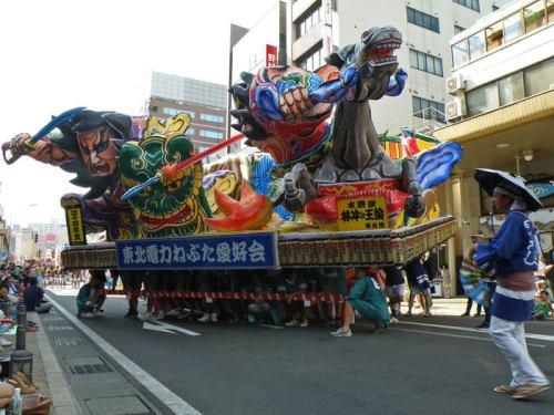 Carroza del Nebuta Matsuri desfilando por las calles de Aomori