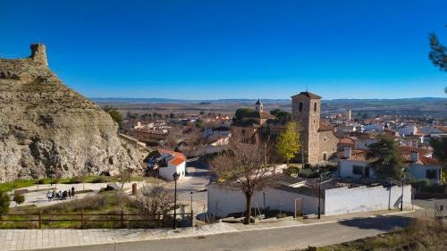 Fuente de la Dueña entre el castillo y la iglesia