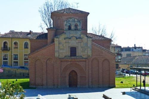 Iglesia de Santiago del Arrabal, ubicada junto al Puente Romano de Salamanca