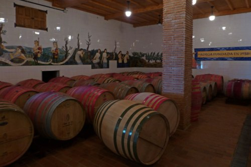 Barriles en el interior de la Bodega Adegas Moura, gastronomía de la Ribeira Sacra
