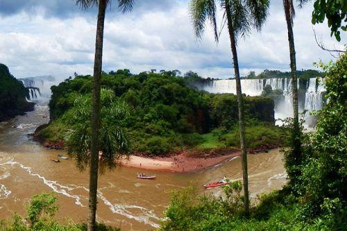 Isla de San Martín en medio de las Cataratas de Iguazú