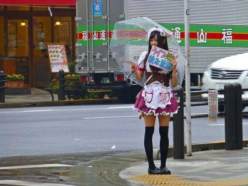 Meido Kissa repartiendo publicidad por las calles de Akihabara