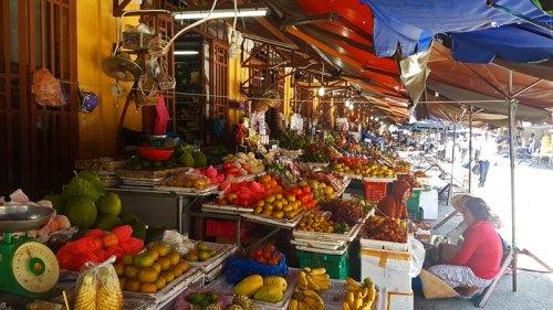 Puesto de frutas en el mercado diurno de Hoi An