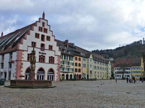 Plaza de la Catedral de Friburgo de Brisgovia, en primer lugar el edificio Kornhaus