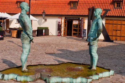 Fuente deDavid Černý en el exterior del Museo de Franz Kafka