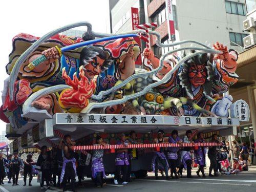 Samuráis en plena batalla en una de las carrozas del Nebuta Festival