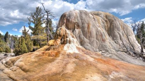 Orange Spring Mound en las terrazas de Mammoth Hot Spring de Yellowstone