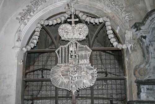 Escudo de armas de la familia Schwarzenberg hecho de huesos en el Osario de Sedlec