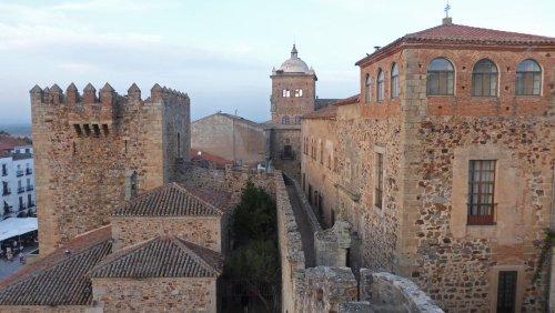 Palacio Episcopal junto a la Muralla de Cáceres
