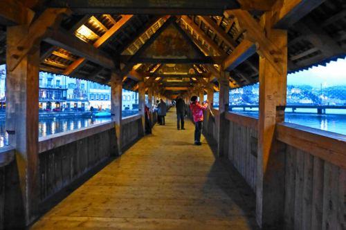 Interior de la pasarela del Puente de la Capilla (Kapellbrücke)