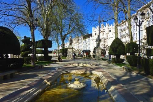 Inicio del Paseo del Espolón de Burgos frente al Arco de Santa María