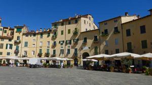 Plaza del Anfiteatro de Lucca, uno de los pueblos con más encanto de la Toscana