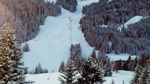 Pista de esquí en las Dolomitas, gran parte del turismo llega atraído por la gran cantidad de km esquiables