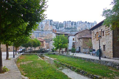 Arroyo atravesando las casas populares de Orbaneja del Castillo