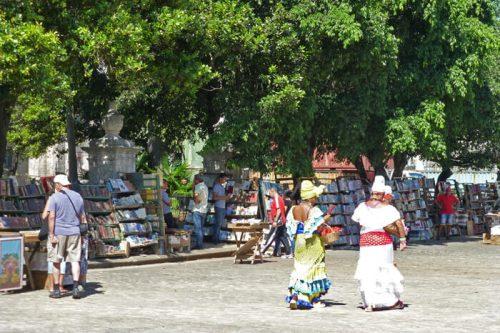 Puestos de cuadros, libros y antigüedades en la Plaza de Armas de La Habana