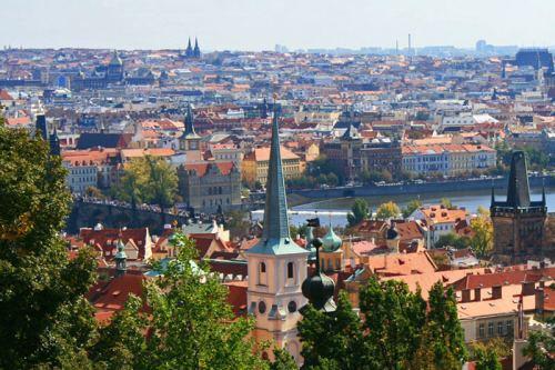 Vistas panorámicas de Praga atravesada por el río Moldava