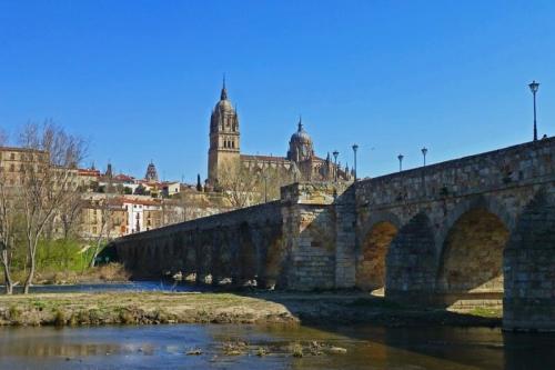 Puente Romano al pie de la Catedrales de Salamanca, la imagen más icónica de la capital charra