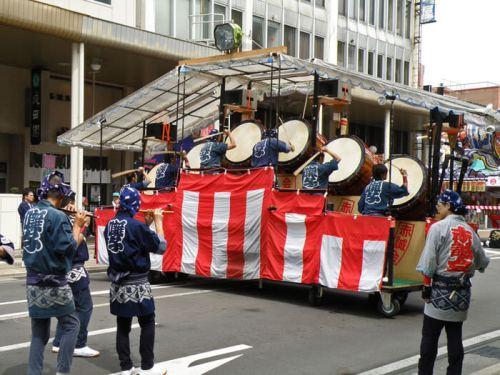 Tambores Taiko y grupo de flautistas acompañando las carrozas del Nebuta Matsuri