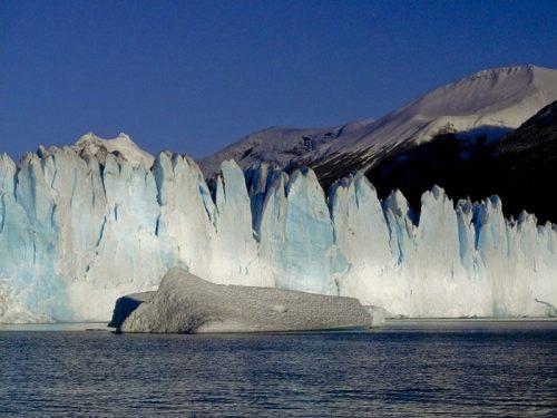Témpano de hielo flotando en el Lago Argentino en el Parque Nacional Los Glaciares