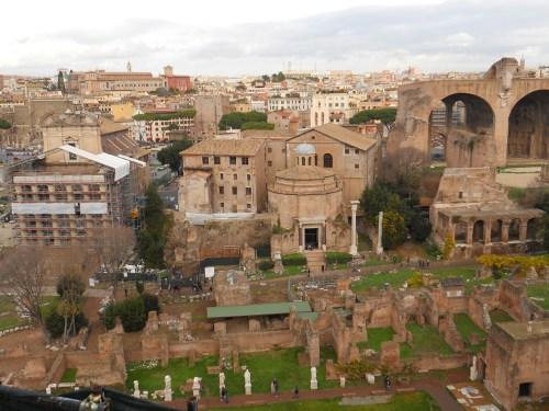 Templo de Antonino y Faustina a la izquierda, Templo de Rómulo en el centro y Basílica de Majencio a la derecha de la imagen