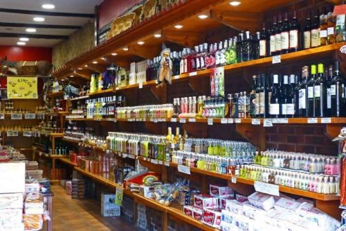 Tienda de productos gastronómicos tradicionales en Santillana del Mar