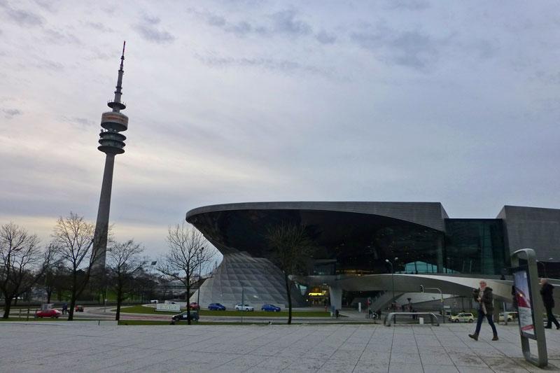 Torre Olímpica de Múnich (Olympiaturm) junto al Museo BMW