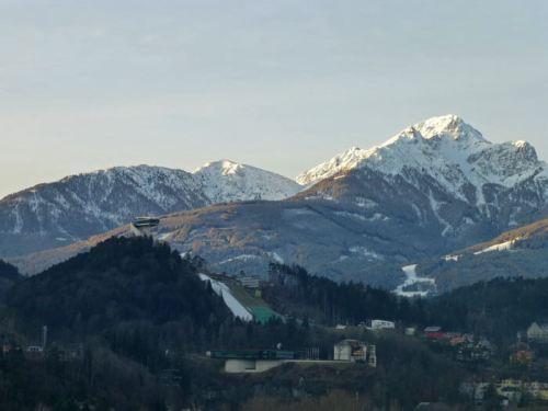 Trampolín de Salto de Bergisel frente a las imponentes montañas que rodean Innsbruck