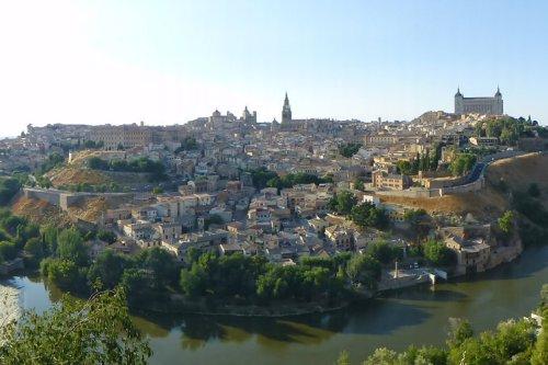 Vista panorámica de Toledo rodeada por el río Tajo